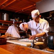 職人が料理するライブ感と、頼んだ料理が目の見えるところでつくられる安心感を味わえるのが特徴です。