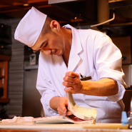 職人として、お客様一人一人に一番良い状態の料理を出せるように心がけています。そのために厨房全体で徹底しているのは、仕込みに手を抜かないこと。万全な準備によって、料理を楽しんで頂きたいと考えています。