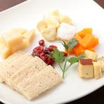 お酒もすすむ、種類豊富な『チーズの盛り合わせ』