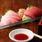 天然ものにこだわる鮪の刺身は、甘い脂と果実のような赤身。