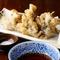 旬の薫りをまとった舞茸の天ぷらは、じわり染み出す旨みがキモ。