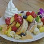 盛りだくさんの果実が並ぶ『フルーツパリオンフレンチトースト』