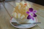 糖度12%以上の桃を丸ごと1個トッピングした贅沢なかき氷。まるで桃ジュースをまるごと凍らせたかのようなフルーティー感!
