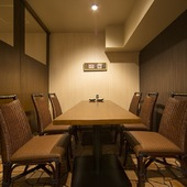 シェフの鉄板での調理風景が楽しめるテーブル席