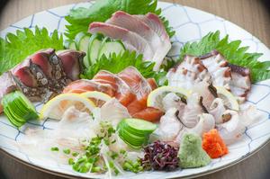 地元の新鮮な魚を使った『刺身盛り合わせ』(二人前)