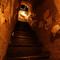 2階へ上がる階段はまるで洞窟?