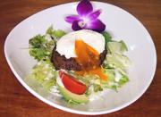 ハワイの定番ロコモコをポーチドエッグと特製ソースでお楽しみ下さい。