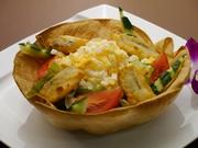 野菜だけでなく白身魚のフライや玉子なども入り、器まで食べられるボリューム満点のサラダです。