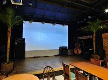 スクリーンではステージの様子を生で映すことも
