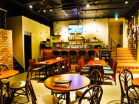 開放感のある店内、カウンターもあるハワイアンムード満載のお店
