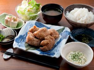 手づくりソースが美味しさの決め手『鶏のからあげWソース定食』