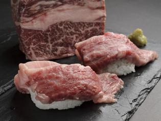 鮮度の高い、希少和牛を使った『大和牛サーロイン炙り寿司』