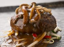肉汁豊かなハンバーグも人気メニューのひとつです