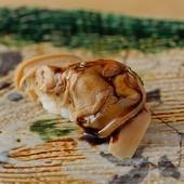 甘辛い醤油が染み込んだ「煮はまぐり」のお寿司。絶品です
