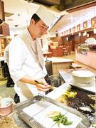 料理人が目の前で揚げてくれる天ぷらです。季節の野菜を使っており、サクッとした食感が特徴です。