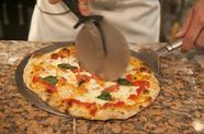 キッチンにある石釜で焼かれる『石釜焼きピザ』