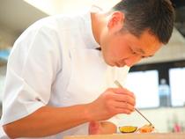 料理単体のきならず、コースの構成や提供速度にまで注力する