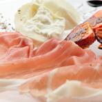 パルマ産24ヶ月熟成生ハムとプーリア州のフレッシュブッラータチーズを季節フルーツと共に