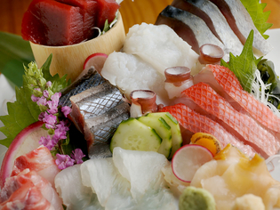 鮮度抜群、季節の魚介がもりだくさんの『刺身盛り合わせ』