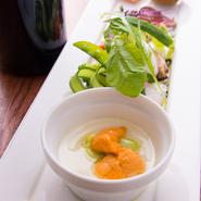 毎月変わるコースメニュー。北海道の食材を旬に合わせてコースに仕立てます。写真はとある月の前菜です。