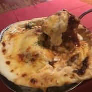ケチャップ味のチキンライスの上に、150gのハンバーグをドーンとのせて、ハッシュドビーフソース・道産ミルクのホワイトソース・ゴロゴロ野菜たっぷりチーズでじっくり焼き上げます!