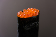 皮が口のなかでとろける本物のいくらは全国にファンが!北海道広尾産の最高級鮭卵を使用!『イクラの軍艦』