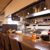 5名までなら料理の手際を間近に見られるカウンター席がおすすめ