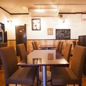 コース料理の方にはテーブル席で、適切なタイミングでサービスを
