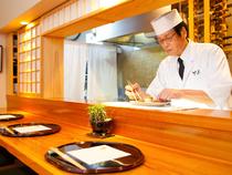 料理は味と盛り付けに留まらず、提供のタイミングにまで気を配る