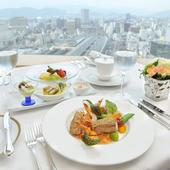 最上階からの素晴らしい景色を一望しながら食事を楽しめる