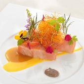 ランチコースのお魚料理は、旬の味わいが堪能できる逸品