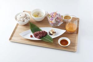 味わいが異なる三種類の部位から選べる『サクラサク丼』(馬刺し丼) さくら汁付き