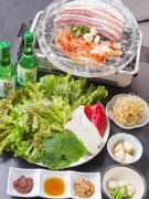 サムギョプサルにお野菜のついたお得なセット!  焼きキムチ・スライスニンニク・青唐辛子・白ネギのピリ辛和え・サンチュ・エゴマの葉