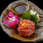 贅沢に幻と言われる黒毛和牛タンを使った、濃厚な旨みタップリの珍しいタンのユッケです。韓国のりで巻いてお召し上がり下さい。 ほとんどの常連様は必ずご注文なさね大人気の1品です。