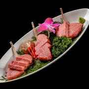 5種類、各種2カットを食べ比べれます、肉質による味わいの違いがよくわかりますよ。