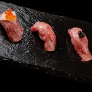 口の中にほうばると牛肉の脂の持つ旨みを感じながら、お肉がとろけてしまうほどに感じてしまいます、くどさもなく芳醇な旨みをお試しくださいませ。