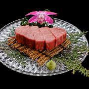 肉の甘みと風味は牛肉の部位の中でもトップクラス! ステーキカットしたお肉をお好みの焼き加減で。
