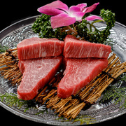牛一頭から僅か3%ほどしかない。牛肉の各部位の中でもお箸で裂けるほど一番柔らかい部位です。(当店で唯一の国産牛を使用)
