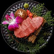 一般的な赤身肉とは大きく違い非常に細かい霜降りが美しく入りとても柔らかく優しい口当たりが特徴。