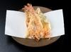 天ぷらカウンター席では目の前で職人が揚げたての天ぷらを一品ずつお召し上がり頂けます。