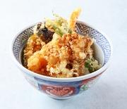 海老や旬の野菜4種の天ぷらを秘伝のタレでくぐらせた海老野菜天丼。週に4回購入される方がいるほど、一度食べたらまたすぐ食べたくなるお弁当です。