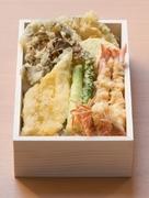 ご自宅でのお食事や会議の際のお食事に人気の天ぷら弁当です。花海老や穴子、旬の野菜の天ぷらをご堪能頂けます