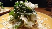 二種類のサラダを酸味をきかせたソースで和え ブルーチーズの塩味を合わせたお料理です。