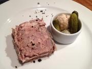 豚肉と鳥白レバーにニンニクのアクセントをつけたパテです。ぜひマスタードとご一緒にどうぞ。
