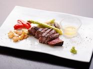 『牛ヒレ肉のステーキ(100g)』はおすすめのミディアムレアで