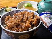駒ケ根ではかつ丼といったらソースかつ丼。特性ソースに付けたカツを、千切りキャベツと一緒にどうぞ。