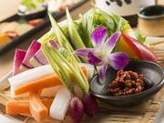 新鮮な朝採り野菜を自家製の蕎麦の実入りの味噌でどうぞ。