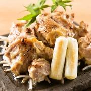 軍鶏の旨味と西京味噌が朴葉の香りで深みが増します。