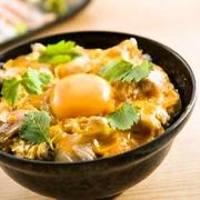 黄金軍鶏の旨味を半熟のトロッとした卵と甘めのタレで閉じ込めました。