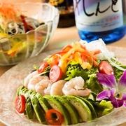 女性に人気のアボカドと海老を贅沢に使用したサラダです。